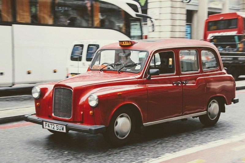 Elegancka czerwona taksówka