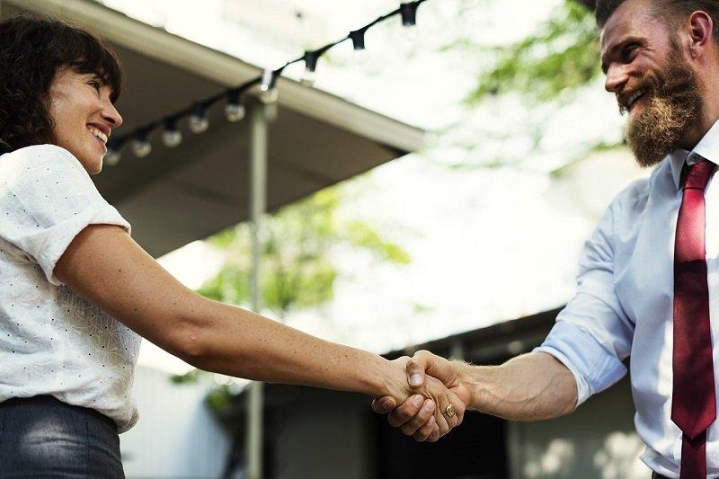 Uścisk dłoni klientów biznesowych
