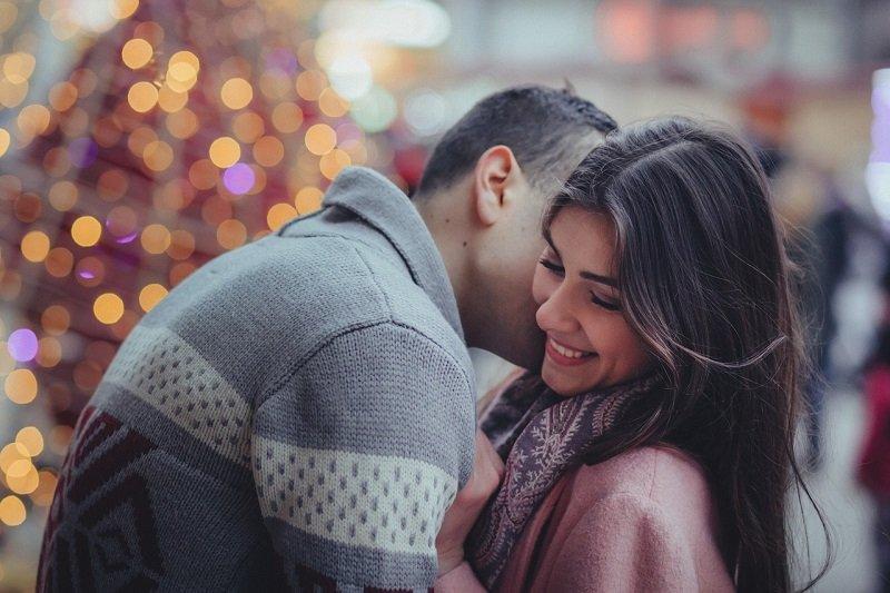 Zakochana para zimą na randce