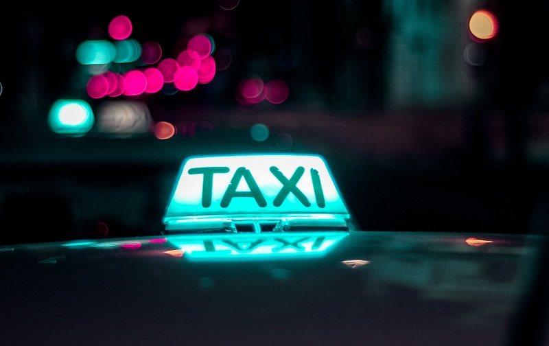 Niebieski kogut taxi
