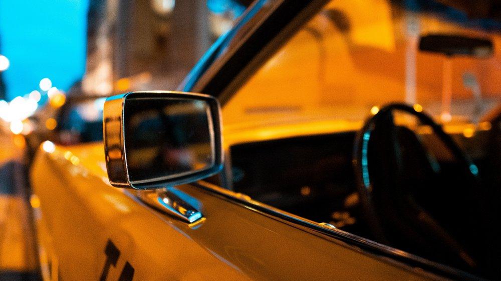 Lusterko żółtej taksówki