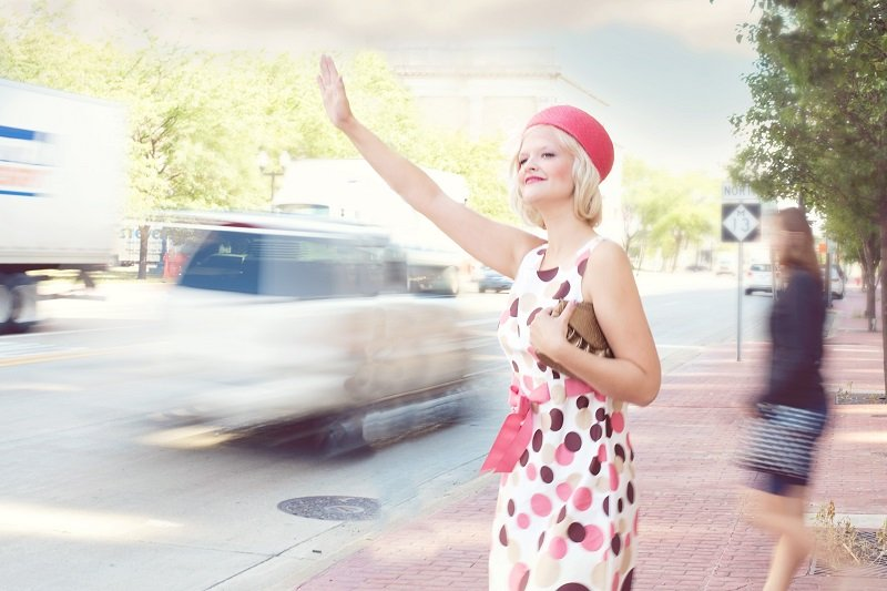 Kobieta łapiąca taksówkę