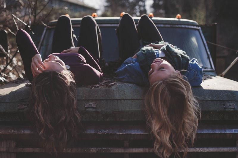 Przyjaciółki na samochodzie