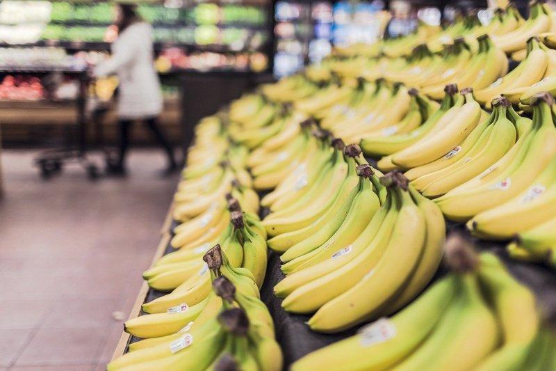skrzynki z bananami w markecie